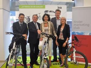 Der Tiroler Marketingclub auf den Spuren sanfter Mobilität v.l.n.r.: Roland Schwaiger (ElektroDrive), Harald Schneider (Vorstandsvorsitzender IKB), Claudia Angerer-Foissner (DEZ/CAA), Stephan Juen (IKB), Stefanie Baldauf (ElectroDrive)
